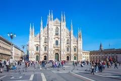 Толпа туриста перед Duomo милана, Италии Стоковое Изображение