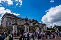 Толпа туристов на Букингемском дворце стоковые изображения