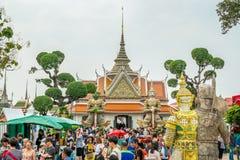 Толпа туристов на виске Wat Arun bangkok Таиланд стоковые фото