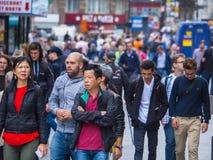 Толпа туристов на западном крае Лондона - занятом месте стоковое фото