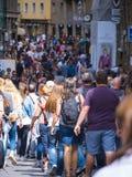 Толпа туристов на мосте Ponte Vecchio в Флоренсе - ФЛОРЕНСЕ/ИТАЛИИ - 12-ое сентября 2017 стоковая фотография
