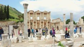 Толпа туристов на руинах древнего города Ephesus, около библиотеки Celsus Съемка на steadicam сток-видео