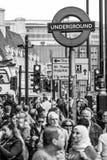 Толпа туристов на станции метро Вестминстера в Лондоне - ЛОНДОНЕ - ВЕЛИКОБРИТАНИИ - 19-ое сентября 2016 стоковая фотография