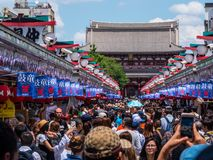 Толпа туристов посещая висок Sensoji Asakusa в токио - ТОКИО, ЯПОНИИ - 19-ое июня 2018 стоковые изображения