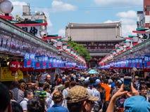 Толпа туристов посещая висок Sensoji Asakusa в токио - ТОКИО, ЯПОНИИ - 19-ое июня 2018 стоковое изображение