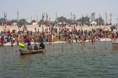 Толпа hindus приходит к реке Стоковые Фото