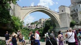 толпитесь восхищающ Мостар Stari большинств взгляд ангела Боснии моста низкий сток-видео