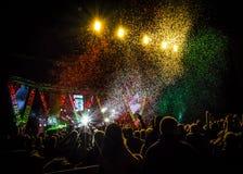Толпитесь на концерте музыки, силуэтах людей подсвеченных светами этапа стоковое изображение