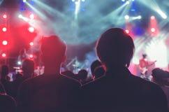 Толпитесь на концерте - силуэтах толпы концерта перед яркими светами этапа Стоковые Фотографии RF