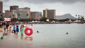 Толпить городской пейзаж Гонолулу Гаваи 2018 пляжа Стоковое Изображение