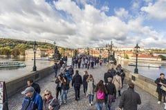 Толпить Карлов мост в Праге Стоковое Изображение RF