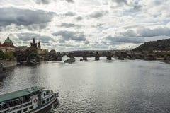 Толпить Карлов мост в Праге Стоковое Фото