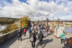 Толпить Карлов мост в Праге Стоковые Изображения