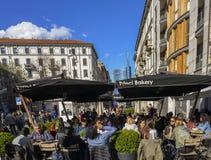 Толпить кафе на Corso Garibaldi, одном из ` s милана большинств модные улицы стоковое фото rf
