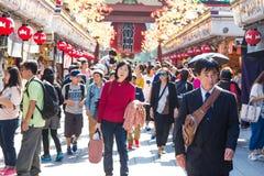 Толпить люди возглавляя к буддийскому виску Sensoji Стоковые Изображения