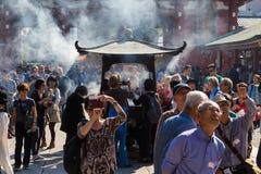 Толпить люди возглавляя к буддийскому виску Sensoji Стоковые Изображения RF