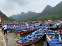 Толпить станция шлюпки на пагоде Huong - Вьетнаме 2-ое марта 2019 стоковое фото rf