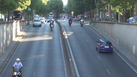 Толпить улица в центре города Парижа с движением автомобилей акции видеоматериалы