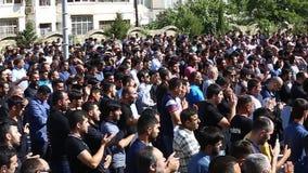 Толпы азербайджанских людей собирали для того чтобы принимать мрачный парад для того чтобы чествовать мученичество Hussain сток-видео