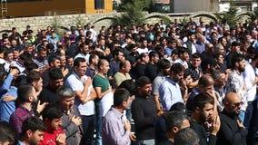 Толпы азербайджанских людей собирали для того чтобы принимать мрачный парад для того чтобы чествовать мученичество Hussain акции видеоматериалы