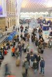 Толпы регулярных пассажиров пригородных поездов рельса Стоковое Фото