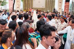 Толпы соперничая для того чтобы увидеть и сфотографировать 14-ого Далай-ламы стоковые фотографии rf