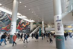 Толпы спешат на станции Shibuya токио в Японии стоковое изображение rf
