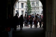 Толпы туристов проходят через арку на параде конногвардейского полка в Лондоне, Англии стоковое изображение