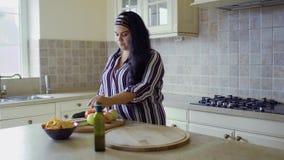 Толстенькая девушка варит в кухне сток-видео