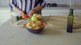 Толстенькая девушка варит в кухне видеоматериал