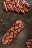 Толстые куски горячего зажаренного всего стейка мачете или стейка юбки a стоковые изображения