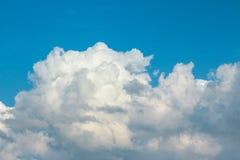 Толстые облака на солнечный день Стоковое фото RF