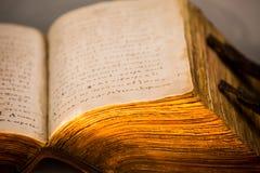 Толстые страницы старой книги закрывают вверх Стоковая Фотография RF