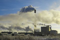 Толстый белый дым вне завод трубы в дне зимы морозном стоковые фото