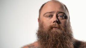 Толстый парень с бородатыми выражая различными эмоциями сток-видео