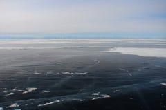 Толстый темно-синий лед озера горы в зиме стоковая фотография rf