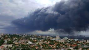 Толстый темный серый смог загрязнения над городом Дурбана стоковое фото