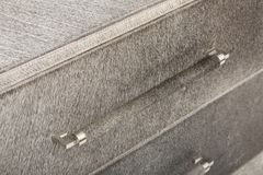 Только для белых кожаная софа Jett имеет ровно отрезанные линии для стильного финиша к любой живущей комнате кресло 3-seater стоковая фотография rf