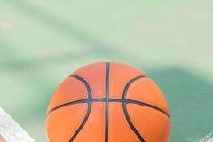 Только один баскетбол на поле проблемы для предпосылки с космосом экземпляра стоковая фотография