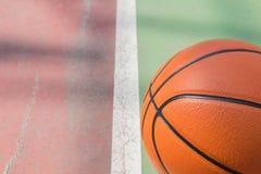 Только один баскетбол на поле проблемы для предпосылки с космосом экземпляра стоковая фотография rf