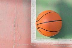Только один баскетбол на поле проблемы для предпосылки с космосом экземпляра стоковые фотографии rf