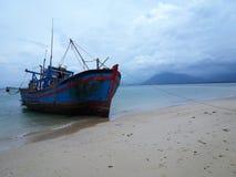 Только один корабль в пляже стоковые изображения