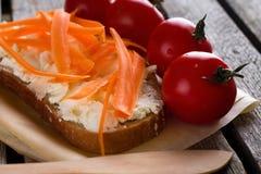 4 томата вишни рядом с куском хлеба Стоковое Изображение