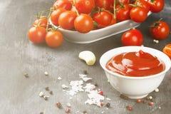 Томатный соус в белых томатах шара, специи и вишни на темноте Стоковое фото RF