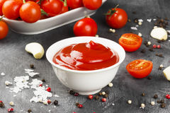 Томатный соус в белых томатах шара, специи и вишни на темноте Стоковое Фото