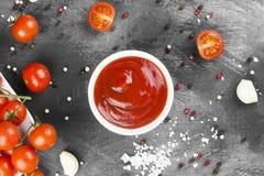Томатный соус в белых томатах шара, специи и вишни на темноте Стоковые Изображения RF