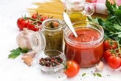 Томатный соус, pesto и ингридиенты для макаронных изделий, крупного плана стоковые изображения rf