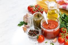 Томатный соус, pesto и ингридиенты для макаронных изделий стоковые фото