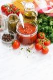 Томатный соус, pesto и ингридиенты для макаронных изделий стоковые изображения