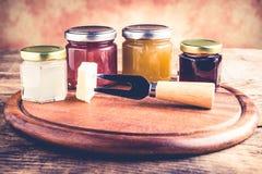 Томаты вина луков сжимают - комплект инструментов и варенья для дегустации сыра стоковые фотографии rf